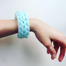 Obrázek z náramek pletený